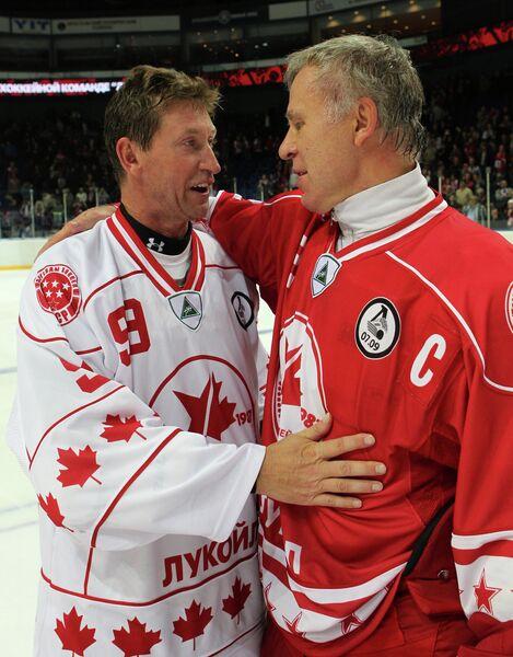 Вячеслав Фетисов и ветеран хоккея Уэйн Гретцки (справа налево)