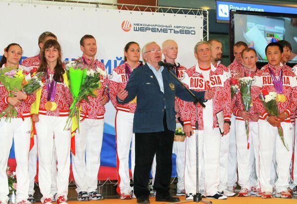 Владимир Лукин (в центре)