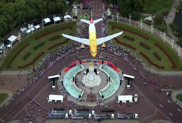 Самолет компании British Airways во время торжественного парада в честь британских олимпийцев и паралимпийцев в Лондоне