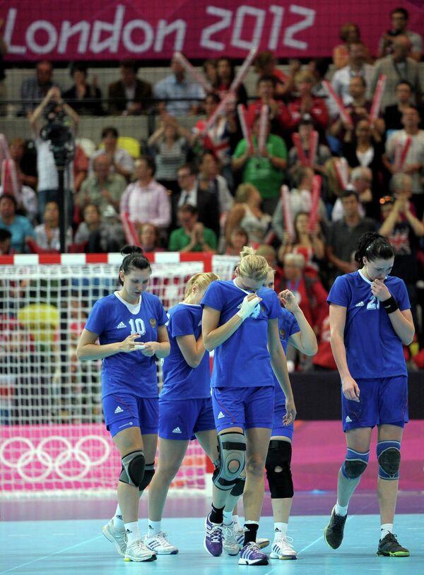 Российские гандболистки покидают игровую площадку после проигрыша в матче женских сборных России и Южной Кореи