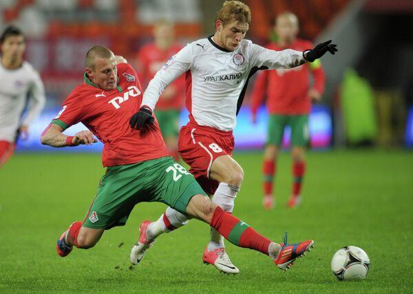 Игрок Локомотива Ян Дюрица (слева) и игрок Амкара Сергей Волков