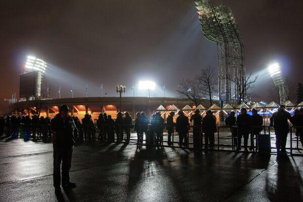 Сотрудники правоохранительных органов у стадиона Петровский