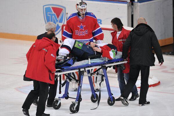 Медики оказывают первую помощь игроку Слована Мартину Штайноху