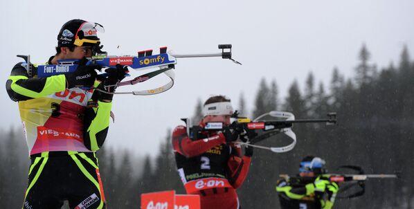 Француз Мартен Фуркад и норвежский спортсмен Эмиль-Хегле Свендсен (слева направо)