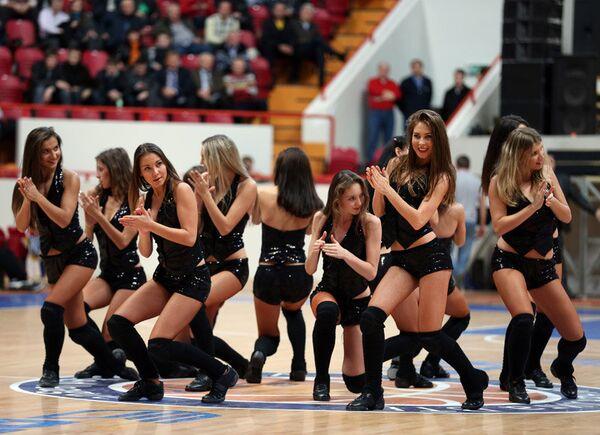 Участницы группы поддержки баскетбольного клуба УНИКС