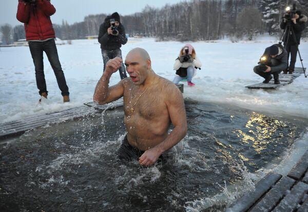 Николай Валуев купается в проруби на Крещение
