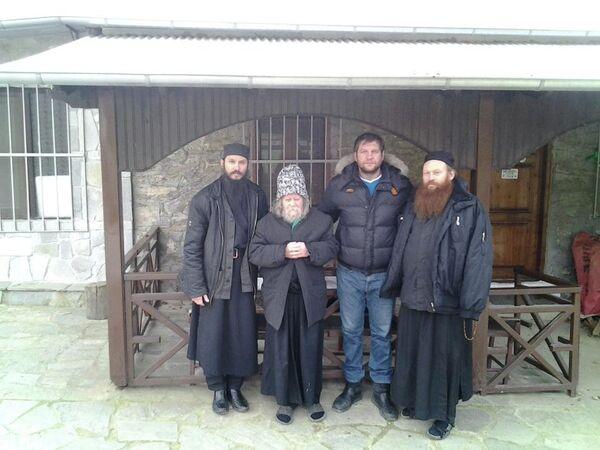 Александр Емельяненко (3-й слева)
