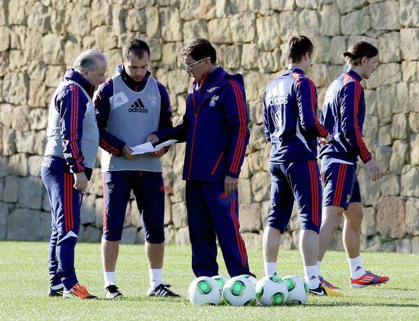 Главный тренер сборной России Фабио Капелло (в центре)