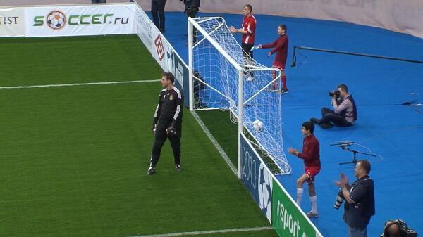 Вратарь сборной России помог команде, забив гол в чужие ворота на Кубке легенд