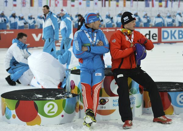 Антон Шипулин (в центре) и Тарьей Бе (справа)