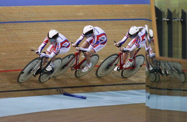 Команда России во время квалификационных соревнований командной гонки преследования среди женщин на чемпионате мира по велоспорту на треке в Минске.