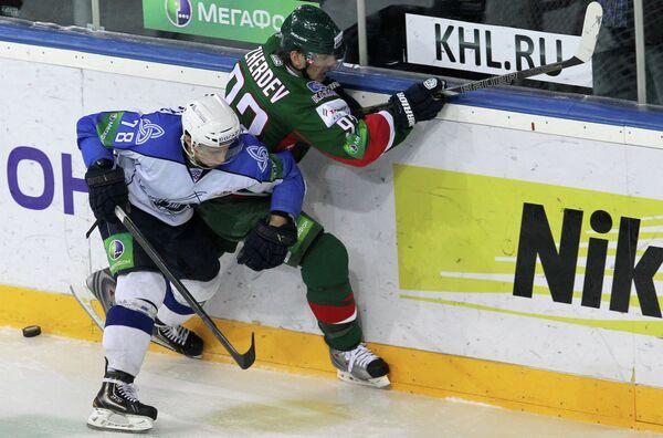 Игрок Нефтехимика Александр Комаристый (слева) и игрок Ак Барса Евгений Медведев