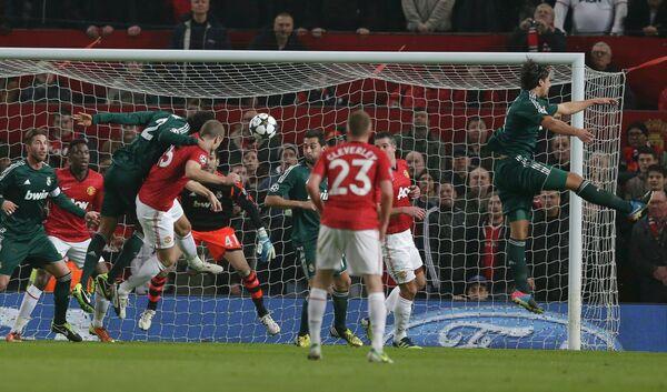 Игровой момент матча Манчестер Юнайтед - Реал