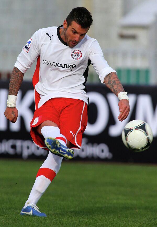 Благой Георгиев исполняет штрафной удар в матче Краснодар - Амкар