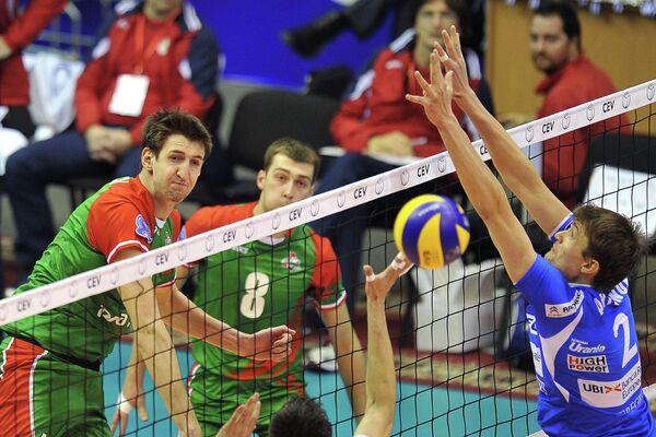 Игровой момент матча с участием ВК Локомотив (Новосибирск)