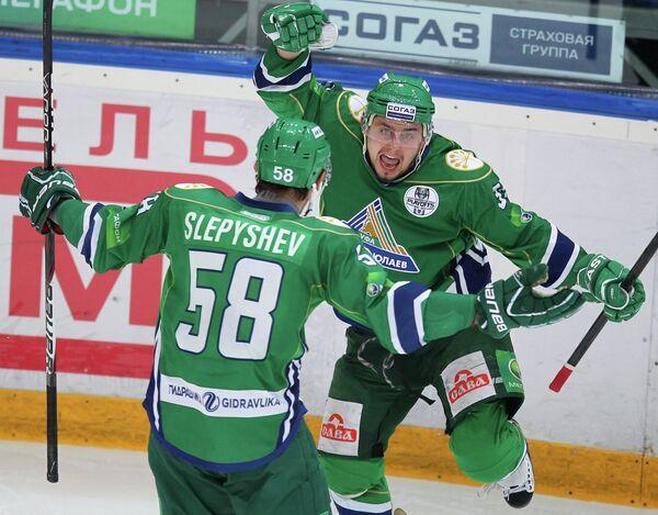Антон Слепышев и Александр Степанов радуются забитому голу в ворота Ак Барса