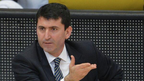 Форвард БК Фенербахче Илкан Караман и исполняющий обязанности главного тренера клуба Эртугрул Эрдоган (слева направо)
