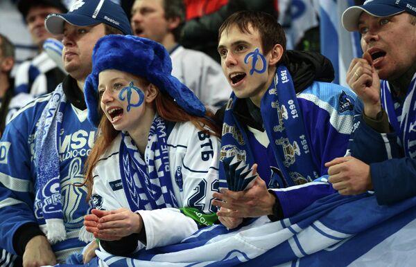 Болельщики Динамо поддерживают свою команду в матчеДинамо - СКА