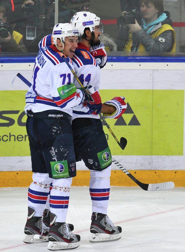 Нападающие ХК СКА Антон Бурдасов и Евгений Артюхин радуются забитой шайбе в матче Динамо - СКА