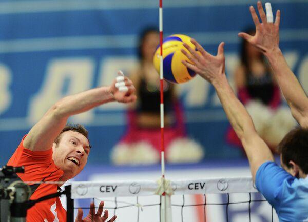 Игрок Белогорья Тарас Хтей (слева)