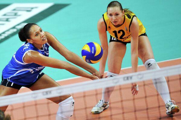 Игроки волейбольного клуба Динамо (Краснодар) Анна-Мириам Гансонре и Дарья Векшина