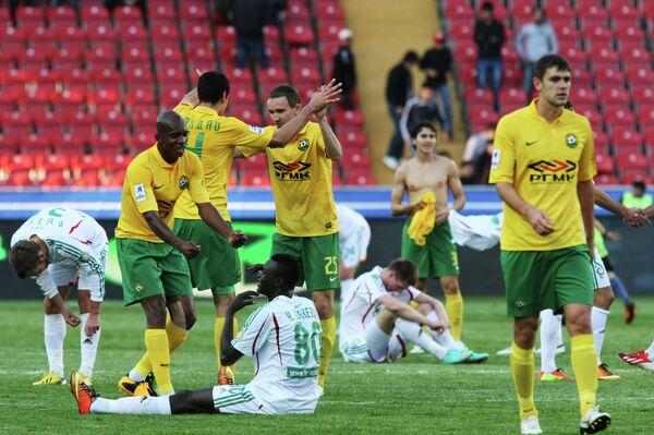 Футболисты Терека ( в белой форме) и игроки Кубани после матча Терек - Кубань