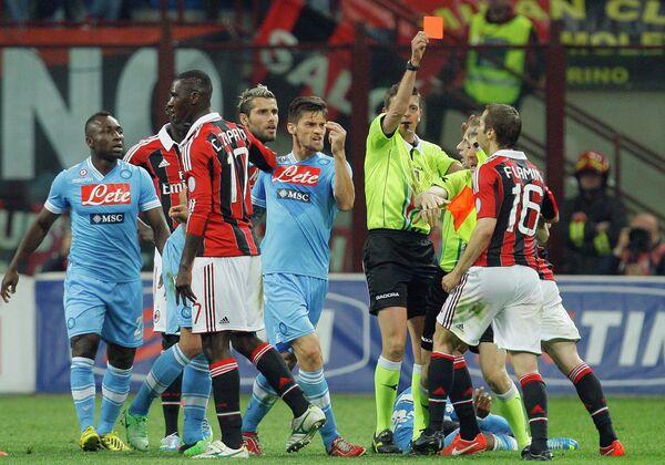 Арбитр встречи Милан - Наполи показывает красную карточку полузащитнику Милана Матье Фламини