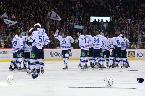 Хоккеисты московского Динамо радуются победе в Кубке Гагарина.