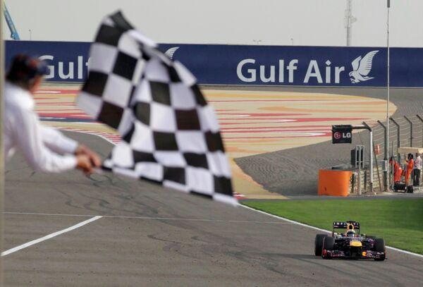 Немецкий пилот Ред Булла Себастьян Феттель на финише Гран-при Бахрейна