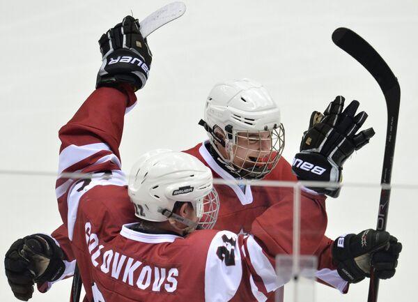 Хоккеисты юниорской сборной Латвии радуются забитой шайбе