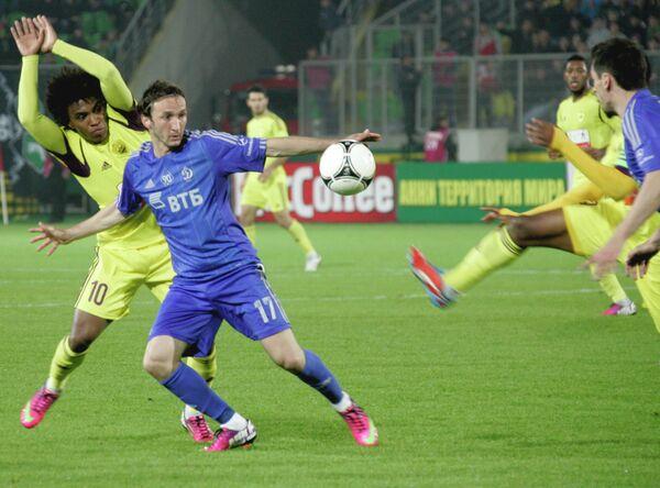 Полузащитник Анжи Виллиан (слева) и полузащитник Динамо Алан Гатагов