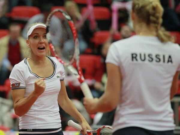 Российские теннисистки Елена Веснина (слева) и Екатерина Макарова радуются победе