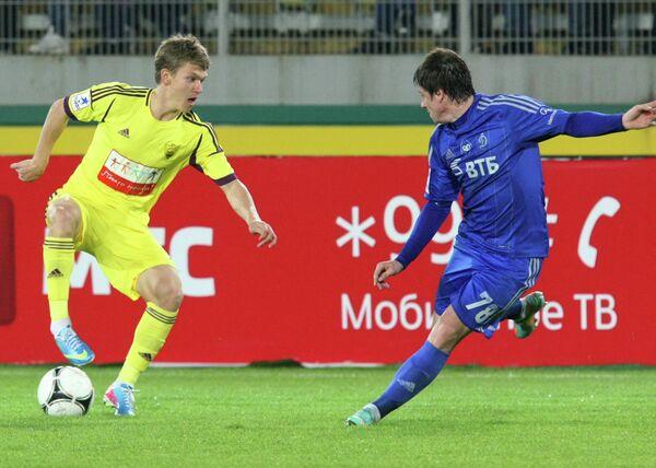 Игрок Анжи Олег Шатов и игрок Динамо Павел Соломатин (справа)