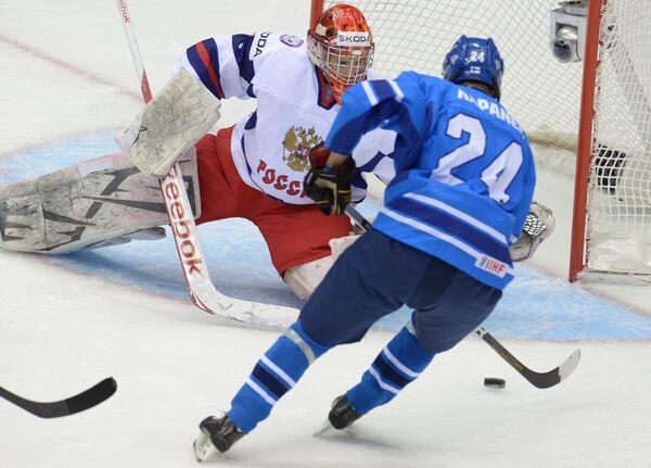 Вратарь сборной России Игорь Шестеркин (слева) и нападающий сборной Финляндии Каспери Капанен