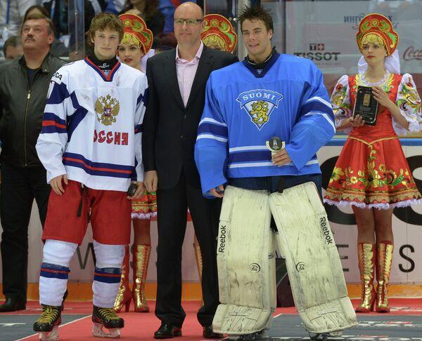 Нападающий сборной России Владимир Ткачев (слева) и вратарь сборной Финляндии Юусе Сарос