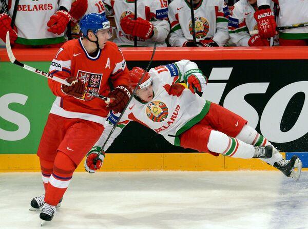Игрок сборной Чехии Радим Врбата (слева) и игрок сборной Белоруссии Евгений Соломонов Чехия - Белоруссия