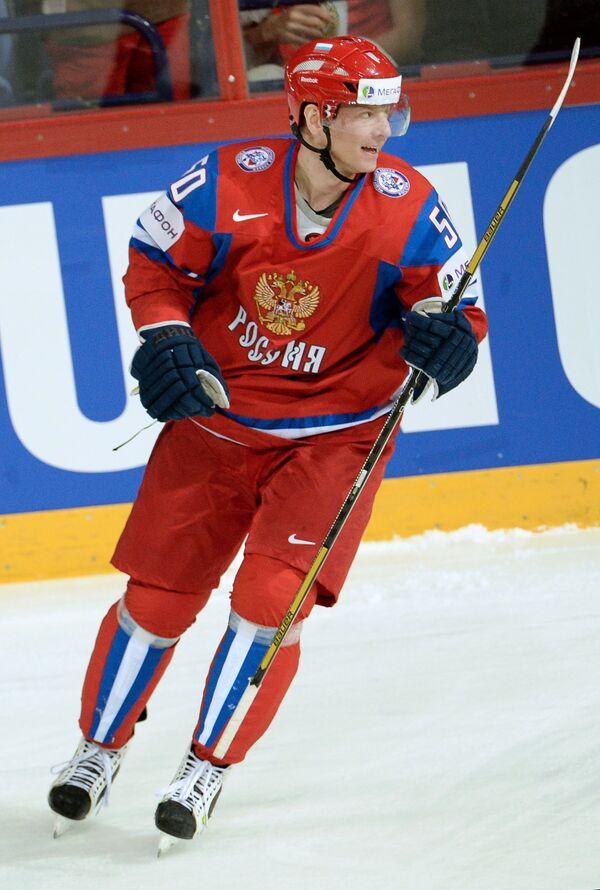 Нападающий сборной России Сергей Соин радуется забитой шайбе