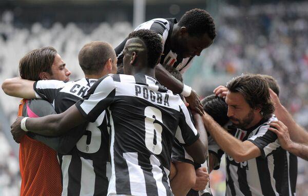 Футболисты Ювентуса поздравляют Артуро Видаля с голом в ворота Палермо