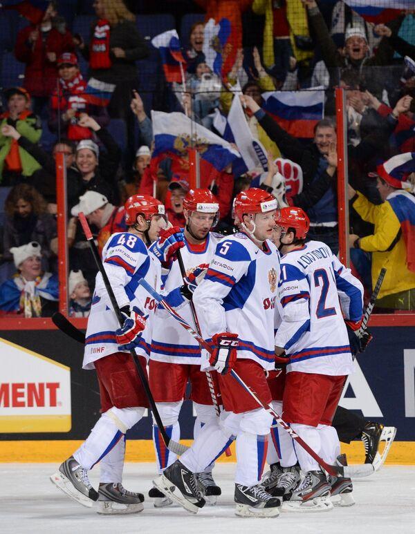 Хоккеисты сборной России радуются забитой шайбе в мате с Германией