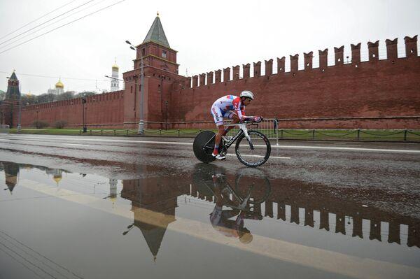 Гонщик Русвело на Кремлевской набережной во время велогонки Пять колец Москвы