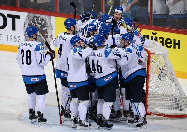 Хоккеисты сборной Финляндии радуются победе в матче со Словакией