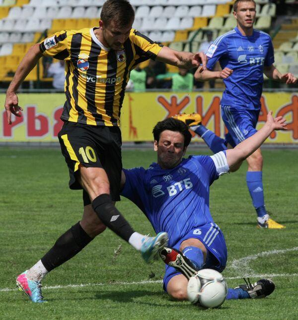 Игрок Алании Тамаш Прискин (слева) и игрок Динамо Леандро Фернандес