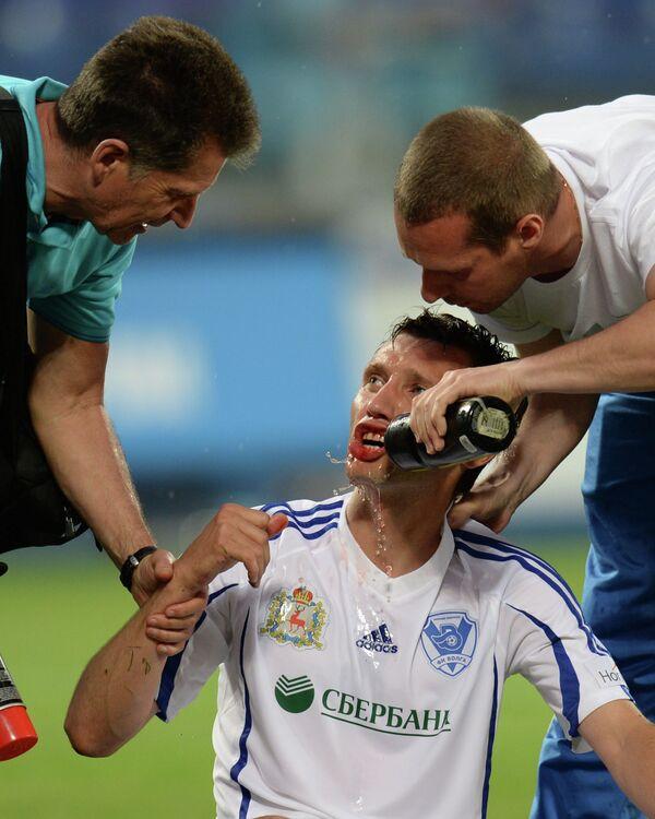 Медики оказывают помощь игроку Волги Виталию Бордияну