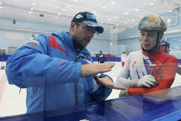 Главный тренер Себастьян Крос (слева) и российский спортсмен Семен Елистратов