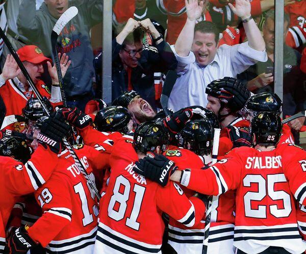Хоккеисты Чикаго радуются победе в матче с Детройтом в НХЛ