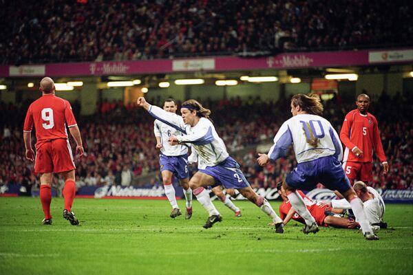 2003 год - защитник сборной России Вадим Евсеев забивает мяч в ворота сборной Уэльса