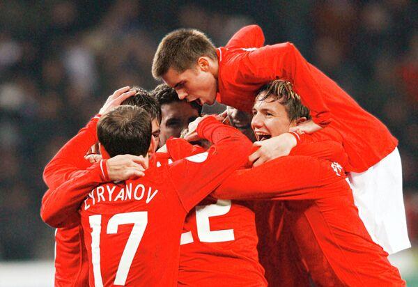 2007 год - футболисты сборной России празднуют победу над сборной Англии со счетом 2:1