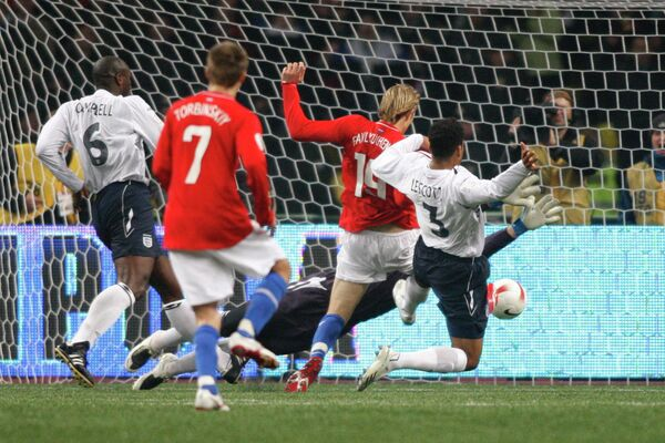 2007 год - нападающий сборной России Роман Павлюченко забивает победный мяч в ворота английской команды