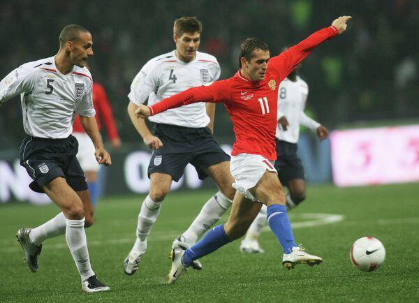 2007 год - нападающий сборной России Александр Кержаков против футболистов сборной Англии Рио Фердинанда и Стивена Джеррарда