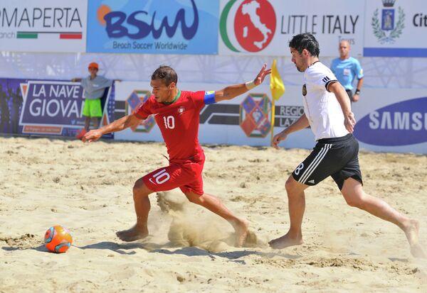 Игровой момент матча по пляжному футболу